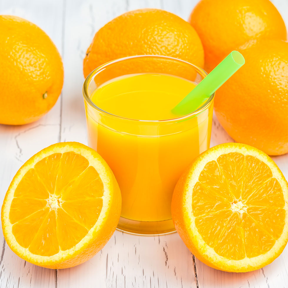 orange-juice-and-oranges-on-wooden-table-WZLL4Q6