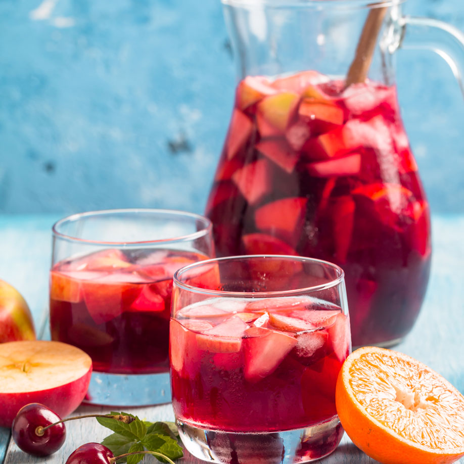 refreshing-sangria-or-punch-with-fruit-EG2SX68